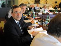 Le président de la Banque centrale européenne Mario Draghi à Naples. Comme prévu, la BCE a laissé ses taux directeurs inchangés jeudi, un mois après les avoir abaissés à de nouveaux plus bas historiques. /Photo prise le 2 octobre 2014/REUTERS/Ciro De Luca/Pool