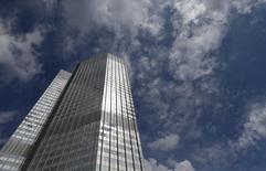 Вид на штаб-квартиру ЕЦБ во Франкфурте-на-Майне 7 августа 2014 года. Европейский центробанк в четверг сохранил процентные ставки без изменений, оставив их на рекордных минимумах, в то же время, введя серию мер, которые, как он надеется, предотвратят дефляцию и оживят экономику еврозоны.  REUTERS/Ralph Orlowski