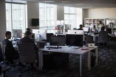 Empleados trabajan dentro de una oficina de Minerva Project en San Francisco. Imagen de archivo, 07 enero, 2014. El número de estadounidenses que pidieron por primera vez el seguro de desempleo bajó imprevistamente la semana pasada, en otra señal de ajuste en el mercado laboral. REUTERS/Stephen Lam