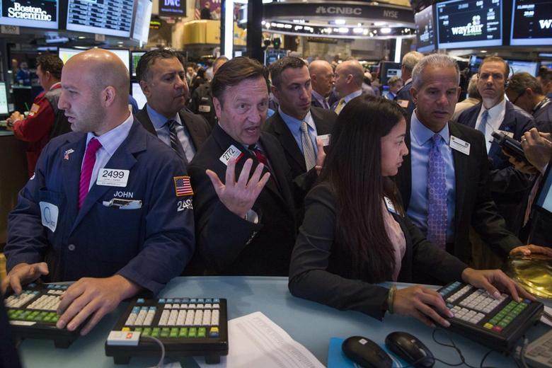Traders work on the floor of the New York Stock Exchange October 2, 2014. REUTERS/Lucas Jackson