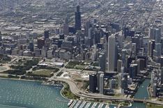 Vista aérea de los rascacielos de Chicago. Imagen de archivo, 14 agosto, 2014. El déficit comercial de Estados Unidos cayó imprevistamente en agosto al menor nivel en siete meses por un aumento de las exportaciones, reforzando la percepción de un sólido crecimiento económico en el tercer trimestre. REUTERS/Jim Young