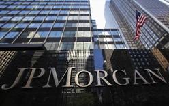 JPMorgan Chase a finalisé la cession de son activité sur le marché physique des matières premières - l'une des plus puissantes tables de négoce dans le monde - au groupe suisse Mercuria pour un montant de 800 millions de dollars au lieu des 3,5 milliards de dollars initialement prévus. /Photo d'archives/REUTERS/Mike Segar