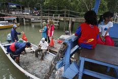 Villagers buy crabs from fishermen at Kampung Pendas Baru, near the Forest City coastal land reclamation site off Tanjung Kupang, southern Johor, September 9, 2014.          REUTERS/Edgar Su
