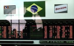 Un hombre reflejado en una pantalla que muestra índices económicos en la Bolsa de Valores de Sao Paulo. Imagen de archivo, 17 septiembre, 2001. El principal índice de acciones de Brasil subió hasta un 8 por ciento el lunes por la mañana, impulsado por el desempeño del candidato opositor Aécio Neves en la primera vuelta de las elecciones presidenciales del domingo. REUTERS/Paulo Whitaker