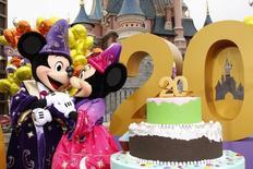 En la imagen de archivo, Mickey y Minnie celebran el 20 aniversario del parque en marzo de 2012. El operador de parques temáticos Euro Disney anunció el lunes un plan de recapitalización por 1.000 millones de euros, respaldado y garantizado por su matriz Walt Disney, debido al deterioro de su situación financiera por una menor afluencia de visitantes. REUTERS/Benoit Tessier