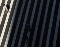 Una persona cruza un paso peatonal en Avenida Paulista, en el distrito financiero de Sao Paulo. Imagen de archivo, 08 abril, 2014. La economía de Brasil tendría una recuperación tibia el año próximo a medida que se desvanezca la incertidumbre electoral, pero sigue rezagada respecto a su par regional México, que vería un crecimiento más acelerado luego de una serie de reformas económicas, dijo el martes el Fondo Monetario Internacional. REUTERS/Paulo Whitaker