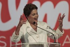 La presidenta y candidata a la reelección, Dilma Rousseff, durante un discurso en Brasilia. La estrategia de la presidenta brasileña de atacar a los banqueros y resaltar las divisiones de clases podría darle el apoyo necesario para ganar las elecciones, pero deterioraría más las relaciones con los líderes empresariales justo cuando la estancada economía necesita nuevas inversiones con urgencia. 05/10/2014 REUTERS/Ueslei Marcelino