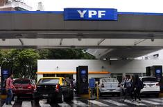 Una gasolinera de YPF en el centro de Buenos Aires, nov 26 2013. La petrolera estatal argentina YPF cerró un acuerdo con la rusa Gazprom para la exploración y producción de gas en el país austral, que prevé inversiones por hasta 1.000 millones de dólares, según un comunicado difundido el miércoles por el Ministerio de Industria en Buenos Aires.  REUTERS/Marcos Brindicci