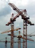 Краны на стройке в Москве 25 июня 2003 года. Попавший под западные санкции Аркадий Ротенберг передал свою долю в публичном Мостотресте сыну Игорю, а также перестал числиться в списках акционеров других своих строительных активов - девелопера торговых центров ТПС Недвижимость и РГ-Девелопмент, однако неизвестно, кому перешли его доли, и есть ли среди совладельцев родственники бизнесмена. REUTERS/Sergei Karpukhin