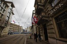 People walk past the building of the bank Safra next to the Paradeplatz square with the Swiss Banks Credit Suisse (back C) and UBS (L) in Zurich, April 12, 2013. REUTERS/Michael Buholzer