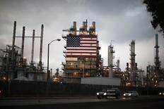 La bandera de EE.UU en la planta refinadora de petróleo Tesoro en Los Ángeles, California. Imagen de archivo, 10 octubre, 2014. Gran parte del petróleo de esquisto de Estados Unidos se produce a costos muy por debajo del actual precio del crudo, dijo la jefa del regulador internacional de energía, lo que significa que los proyectos en ese país pueden soportar la caída en los mercados que presiona a otros productores.  REUTERS/Lucy Nicholson