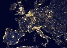 Fotografía nocturna entregada por la NASA de Europa. Imagen de archivo, 2 octubre, 2014.  La producción industrial de la zona euro cayó más que lo esperado en agosto, principalmente por un declive en la producción de bienes de capital que se utilizan para la inversión, mostraron el martes datos de la oficina de estadísticas de la Unión Europea, Eurostat. REUTERS/NASA/Handout   ATENCIÓN EDITORES, ESTA IMAGEN FUE ENTREGADA POR UNA TERCERA PARTE