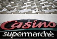 Casino a vu sa croissance organique nettement marquer le pas au troisième trimestre. Les ventes du distributeur sont repassées dans le rouge en France, compensées toutefois par une solide hausse à l'international. /Photo d'archives/REUTERS/Christian Hartmann