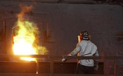 Un empleado revisa un proceso de refinación al interior de la planta Ventanas de la estatal Codelco en Ventanas, Chile, jul 30 2014. El mercado global de cobre será deficitario por quinto año consecutivo en el 2014 antes de tener un superávit de cerca de 390.000 toneladas el próximo año, dijo el martes un grupo de la industria.      REUTERS/Eliseo Fernandez