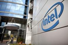 Intel a publié mardi un bénéfice net de 3,32 milliards de dollars (2,62 milliards d'euros) au troisième trimestre, contre 2,95 milliards, un an auparavant, le marché des PC s'étant stabilisé. /Photo d'archives/REUTERS/Nir Elias