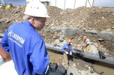 Рабочие прокладывают газопровод во Владивостоке 23 августа 2011 года. Россия предложила построить газопровод, который соединит месторождения на Дальнем Востоке с северной частью Японии, сообщила в среду японская газета Nikkei. REUTERS/Yuri Maltsev