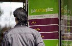 Devant une agence pour l'emploi à Londres. Le nombre de demandeurs d'emploi a continué de diminuer en septembre au Royaume-Uni mais à un rythme qui ralentit. /Photo d'archives/REUTERS/Stefan Wermuth