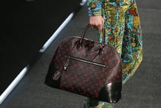 LVMH annonce mercredi que les ventes de sa mode-maroquinerie, division phare du groupe qui compte Louis Vuitton, son principal centre de profit, ont progressé de 2% à taux de change constants au troisième trimestre. /Photo prise le 1er octobre 2014/REUTERS/Gonzalo Fuentes