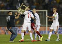 Torcedores e jogadores de Sérvia e Albânia brigam durante partida de futebol em Belgrado. 14/10/2014 REUTERS/Marko Djurica