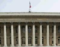 Paris, comme les autres Bourses européennes, creuse ses pertes mercredi après-midi après la publication d'indicateurs macro-économiques américains, notamment une baisse des prix inattendue, qui ont attisé les inquiétudes sur l'économie mondiale. Vers 15h30, le CAC 40 chutait de 2,78% à 3.973,89 points tandis qu'Athènes dévissait de 6%. Londres perdait 1,95%, Francfort 2,17%, Milan 3,33% et l'indice EuroStoxx 50 2,6%. /Photo d'archives/REUTERS/Benoît Tessier