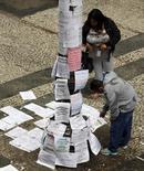 Pessoas olham anúncios de vagas de emprego em rua no centro de São Paulo. 13/10/2014 REUTERS/Paulo Whitaker