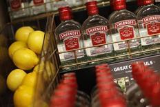 Водка Smirnoff и лимоны в отделе алкоголя магазина Tesco Extra в Уотфорде 8 августа 2013 года. Органические чистые продажи крупнейшего мирового производителя алкоголя Diageo сократились на 1,5 процента в первом квартале из-за слабости экономик и колебаний курсов валют на ряде развивающихся рынков. REUTERS/Suzanne Plunkett