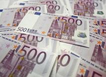 Банкноты евро в Сеуле 18 июня 2012 года. Украина и Европейский банк реконструкции и развития начали подготовку масштабной программы сотрудничества, включающей рекапитализацию банков, торговое финансирование реверса газа, предоставление кредитных ресурсов и прямых инвестиций, сказала глава Нацбанка Украины. REUTERS/Lee Jae-Won