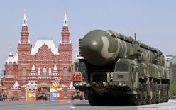 """Пусковая установка с ракетным комплексом Тополь-М на военном параде в Москве 9 мая 2010 года. Владимир Путин в преддверии переговоров с европейскими лидерами в Милане напомнил, что Россия обладает ядерным оружием и обвинил Запад в """"шантаже"""", угрожающем миру во всём мире. REUTERS/Sergei Karpukhin"""