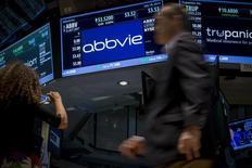 El puesto de la firma AbbVie en la bolsa de comercio de Nueva York, jul 18 2014. La farmacéutica estadounidense AbbVie dio marcha atrás a su plan de comprar a la británica Shire y recomendó a sus accionistas que voten contra la compra por 55.000 millones de dólares, luego de los anuncios de cambios en las leyes tributarias en Estados Unidos. REUTERS/Brendan McDermid