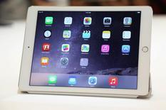 El nuevo iPad en su presentación en la sede de Apple en Cupertino, EEUU, oct 16 2014. Apple Inc presentó el jueves el iPad Air 2, un modelo más rápido y delgado que presenta modestas mejoras a su icónica tableta, a tiempo para lo que se espera sea una competitiva temporada navideña para los dispositivos móviles.      REUTERS/Robert Galbraith