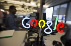 Google annonce jeudi des résultats du troisième trimestre légèrement inférieux aux attentes des analystes financiers, ce qui se traduit par un recul de plus de 4% du titre du géant internet dans des échanges d'après-Bourse. /Photo d'archives/REUTERS/Mark Blinch