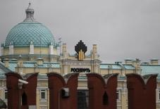 The logo of Russia's top crude producer Rosneft is seen at the company's headquarters, behind the Kremlin wall, in central Moscow May 27, 2013.  REUTERS/Sergei Karpukhin (RUSSIA - Tags: ENERGY BUSINESS)
