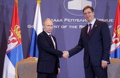 Президент РФ Владимир Путин (слева) жмет руку премьер-министру Сербии Александру Вучичу на встрече в Белграде 16 октября 2014 года. Россия готова инвестировать $1 миллиард в сербскую нефтяную компанию NIS, сообщил президент России Владимир Путин во время визита в Сербию. REUTERS/Marko Djurica