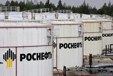 Нефтехранилища на терминале Роснефти в Приводино 29 мая 2007 года. Крупнейший в РФ нефтедобытчик - Роснефть не испытывает беспокойства по поводу падения нефтяного рынка, считая свои проекты эффективными и при более низких ценах, сообщила Роснефть в пятницу со ссылкой на представителя компании. REUTERS/Sergei Karpukhin