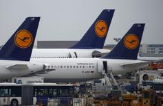 Lufthansa aircrafts stand on the tarmac during a strike at Frankfurt airport, September 30, 2014.  REUTERS/Ralph Orlowski