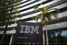 IBM va céder au groupe GlobalFoundries son activité de fabrication de semi-conducteurs, un désengagement pour lequel le géant américain de l'informatique déboursera 1,5 milliard de dollars (1,75 milliard d'euros) sur trois ans. /Photo d'archives/REUTERS/Nir Elias