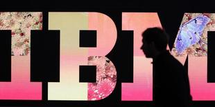 Un hombre pasa frente al logo de IBM durante una feria de computación en Hanover. Imagen de archivo, 27 febrero, 2011.  International Business Machines reportó el lunes una caída de un 4 por ciento en sus ingresos trimestrales, afectados por las débiles ventas de sus programas computacionales y servicios para el segmento corporativo.  REUTERS/Tobias Schwarz