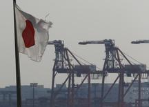 Pour la deuxième fois en deux mois, le gouvernement japonais a revu à la baisse son appréciation générale de la situation économique du Japon. La faiblesse de la consommation provoquée par la hausse de la TVA intervenue en avril contraint les entreprises à réduire leur production. /Photo d'archives/REUTERS/Kim Kyung-Hoon