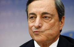 Глава ЕЦБ Марио Драги на ежемесячной пресс-конференции во Франкфурте-на-Майне 3 июля 2014 года. Европейский центробанк думает о скупке корпоративных облигаций на вторичном рынке и может принять решение по этому вопросу уже в декабре, с тем чтобы начать скупку уже в начале следующего года, сообщили Рейтер источники, знакомые с ситуацией. REUTERS/Ralph Orlowski