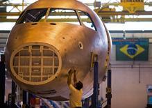 Técnico trabalha na linha de montagem de jatinhos da Embraer, em São Bernardo do Campo, São Paulo. 16/10/2014.  REUTERS/Roosevelt Cassio