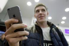 A customer holds the newly released iPhone 6 at a mobile phone shop in Moscow, September 26, 2014. REUTERS/Maxim Shemetov