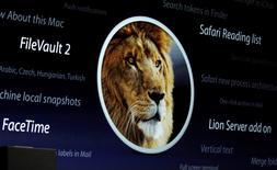Una proyección del león OS X desplegada en la conferencia de desarrolladores de Apple en San Francisco, jun 6 2011. El servicio de almacenamiento y respaldo en línea iCloud de Apple en China fue atacado por piratas informáticos que intentaban robar las credenciales de los usuarios, dijo un grupo de supervisión chino, añadiendo que cree que el Gobierno de ése país está detrás de la campaña. REUTERS/Beck Diefenbach