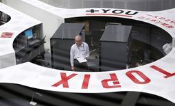 Трейдеры на Токийской фондовой бирже 16 октября 2014 года. Азиатские фондовые рынки, кроме Китая, выросли в среду благодаря сообщению о планах Европейского центробанка заняться покупкой облигаций компаний. REUTERS/Yuya Shino