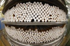 Usine de British American Tobacco à Bayreuth, en Allemagne. Le fabricant des cigarettes Pall Mall et Dunhill a fait état mercredi d'une accélération du recul de ses ventes sur les neuf premiers mois de son exercice, sous le coup de taux de change défavorables et de la faible croissance en Europe.. /Photo prise le 30 avril 2014/REUTERS/Michaela Rehle