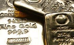 Слитки золота Австрийского монетного двора в Вене 23 апреля 2013 года. Цены на золото близки к максимуму 1,5 месяцев за счет опасений инвесторов, что экономический рост Китая замедляется. REUTERS/Leonhard Foeger