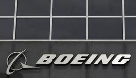 El logo de Boeing es visto en sus oficinas en Chicago. Imagen de archivo, 24 abril, 2013. Boeing Co reportó un aumento del 18 por ciento de su ganancia trimestral y elevó por tercera vez su pronóstico para todo el año de beneficio estructural, lo que refleja la creciente demanda de aviones comerciales. REUTERS/Jim Young