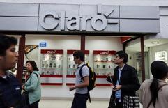 Imagen de una tienda Claro vista en la ciudad peruana de Lima. 25 agosto, 2014.  Colombia inició el martes un proceso para adjudicar en subasta su espectro disponible en las bandas de 900 y 1.900 Megahertz(MHz), con el que busca mejorar la calidad y la cobertura del deficiente servicio de telefonía móvil celular, así como continuar el despliegue de internet de banda ancha. REUTERS/Mariana Bazo