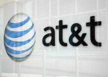 AT&T affiche une hausse de son chiffre d'affaires au troisième trimestre, même s'il s'est avéré inférieur aux attentes des analystes en raison du changement du comportement d'un certain nombre de consommateurs. /Photo d'archives/REUTERS/Rick Wilking