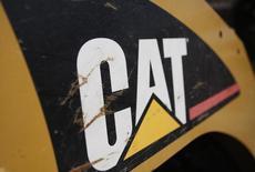 El logo de Caterpillar visto en uno de sus tractores en Gilbert, Arizona. Imagen de archivo, 20 octubre, 2009. Caterpillar Inc reportó el jueves una ganancia trimestral mayor a la esperada debido a que una fuerte demanda de sus equipos para la construcción y las industrias de petróleo y gas en América del Norte compensó los débiles pedidos de la industria minera mundial. REUTERS/Joshua Lott