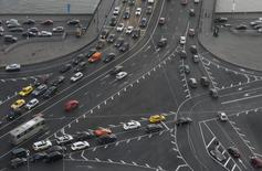 Vehicles move along roads in Moscow, September 17, 2014. Picture taken September 17, 2014. REUTERS/Maxim Zmeyev (RUSSIA - Tags: CITYSCAPE TRAVEL TRANSPORT)